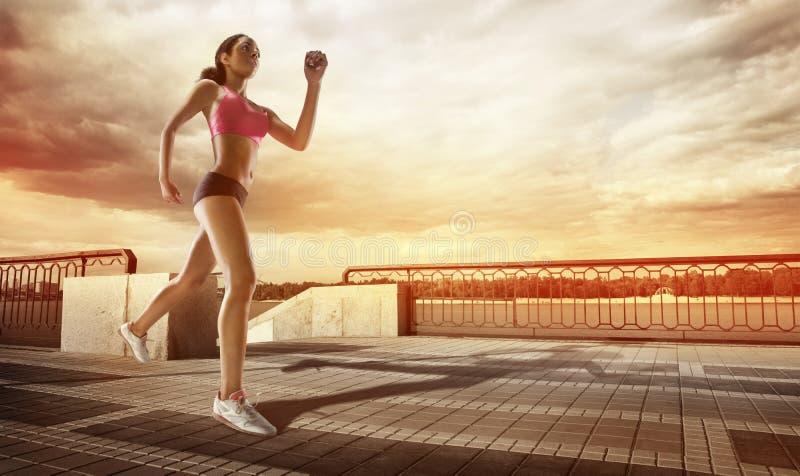 Αθλητής δρομέων που τρέχει στην παραλία στοκ φωτογραφίες με δικαίωμα ελεύθερης χρήσης