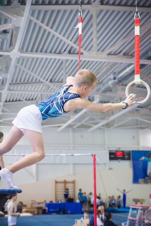 Αθλητής κατά τη διάρκεια της 10ης καλλιτεχνικής πρόκλησης Παγκόσμιου Κυπέλλου γυμναστικής στοκ εικόνες