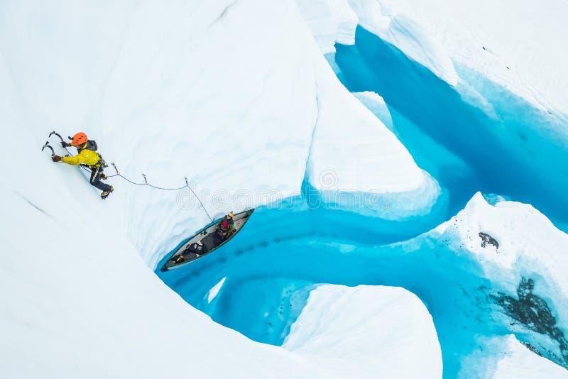 Αθλητής που αναρριχείται από μια βάρκα σε μια λίμνη πάνω από τον πάγο του παγετώνα Matanuska στοκ εικόνες με δικαίωμα ελεύθερης χρήσης