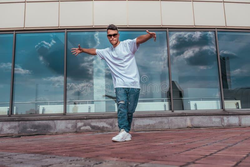 Αθλητής, χορευτής γκρίζας καλοκαιρινή πόλη Γυάλινα σύννεφα φόντου Μοντέρνο στυλ σύγχρονου χορού διακοπών γρήγορα στοκ εικόνες με δικαίωμα ελεύθερης χρήσης