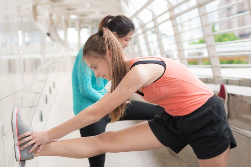 Αθλητική έννοια γιόγκας: νέα συγκέντρωση γυναικών στα exercis υγείας στοκ εικόνες