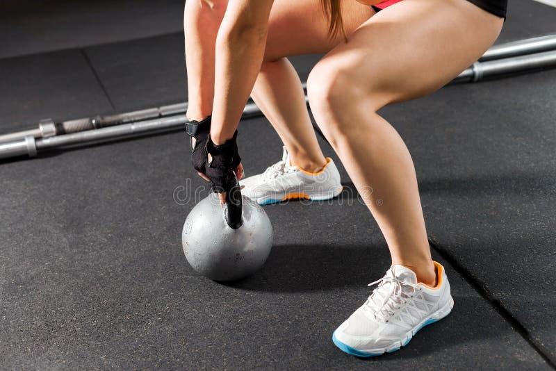 Αθλητική γυναίκα με ένα kettlebell στη γυμναστική στοκ φωτογραφία