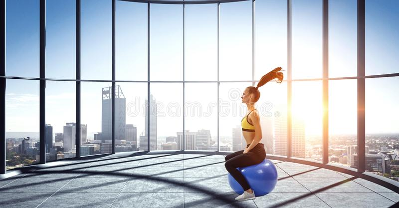Αθλητική γυναίκα με μπάλα γυμναστικής Μεικτά μέσα στοκ εικόνα