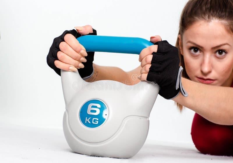 Αθλητική γυναίκα με το kettlebell - Εικόνα στοκ φωτογραφία