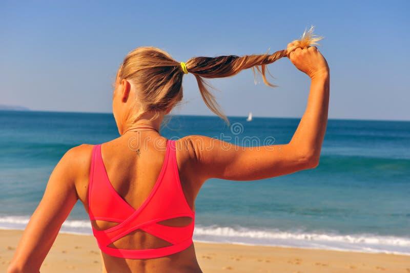 Αθλητική γυναίκα που κρατά την ισχυρή τρίχα της στοκ φωτογραφίες