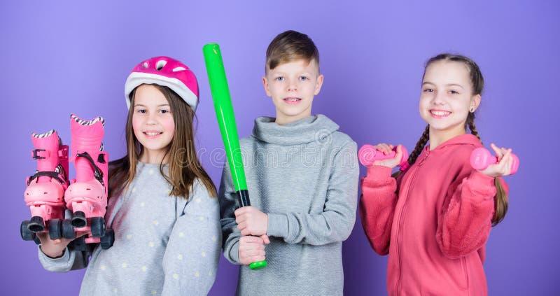 Αθλητική δραστηριότητα για τα teens Ενώστε τον ενεργό τρόπο ζωής Κορίτσια και αγόρι παιδιών με τους αλτήρες και το ρόπαλο του μπέ στοκ φωτογραφίες
