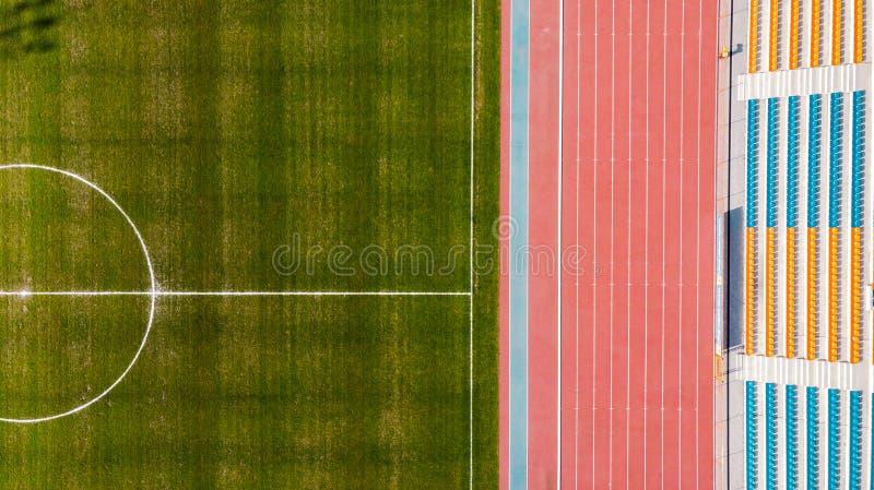 Αθλητική πίσσα χλόης σταδίων και ποδοσφαίρου, εναέρια κορυφή κάτω από την άποψη στοκ εικόνα