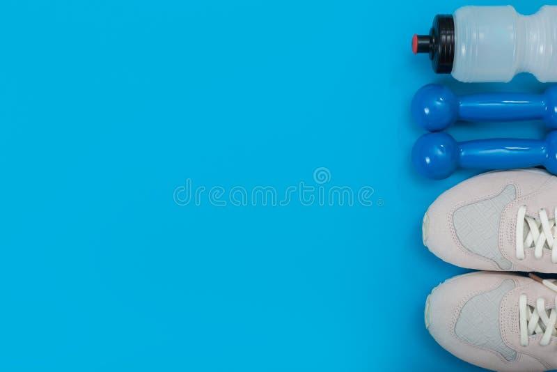 Αθλητικός εξοπλισμός στο μπλε υπόβαθρο, τοπ άποψη Υγιής τρόπος ζωής έννοιας στοκ φωτογραφία με δικαίωμα ελεύθερης χρήσης