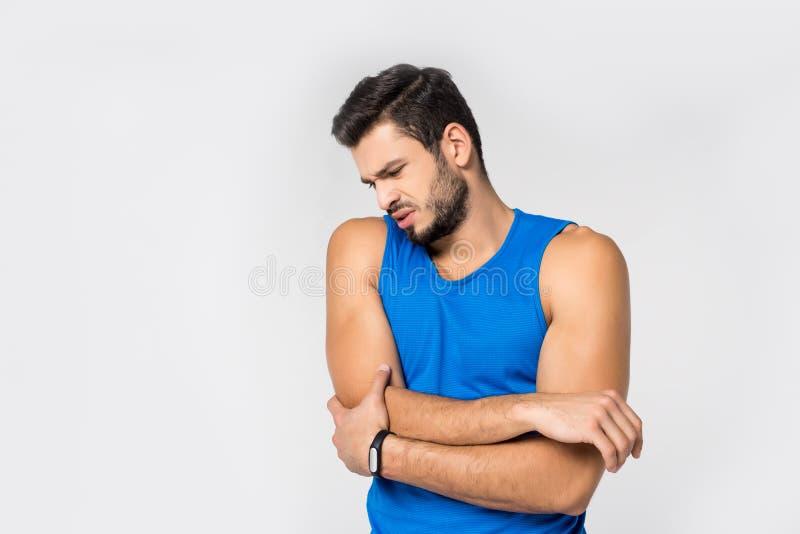 αθλητικός νεαρός άνδρας με τον πόνο βραχιόνων στοκ φωτογραφίες με δικαίωμα ελεύθερης χρήσης
