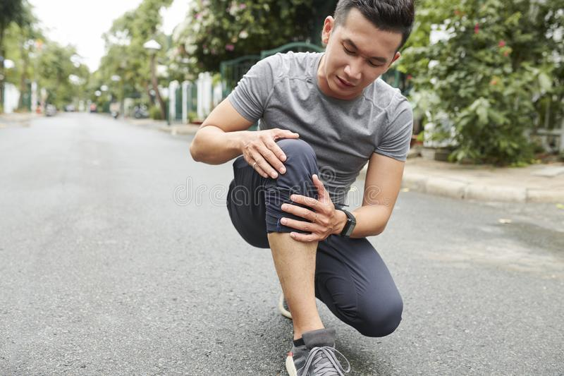 Αθλητικός τύπος που πάσχει από τον πόνο γονάτων στοκ εικόνες με δικαίωμα ελεύθερης χρήσης