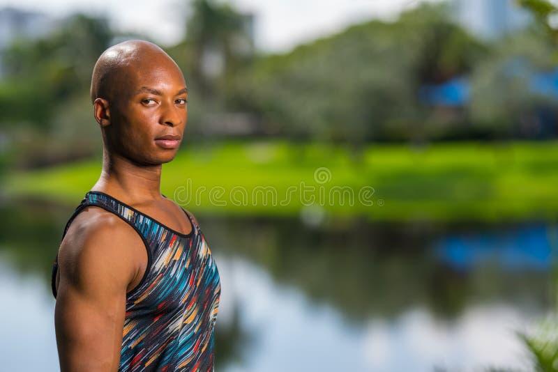 Αθλητικό άτομο που θέτει τον ώμο προς τη κάμερα Πορτρέτο ενός προσώπου που κοιτάζει πέρα από το δικαίωμά του στοκ εικόνες