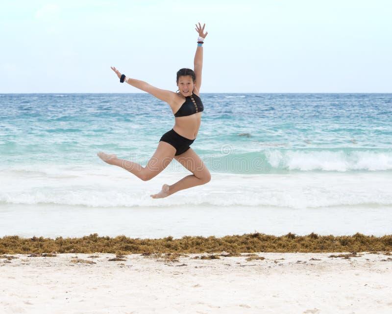 Αθλητικό κορίτσι Amerasian που χορεύει στην παραλία στοκ εικόνες με δικαίωμα ελεύθερης χρήσης