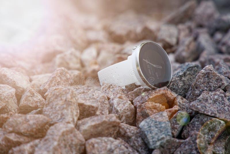 Αθλητικό ρολόι για το triathlon στο αμμοχάλικο γρανίτη Έξυπνο ρολόι για την καταδίωξη της καθημερινής κατάρτισης δραστηριότητας κ στοκ φωτογραφίες με δικαίωμα ελεύθερης χρήσης