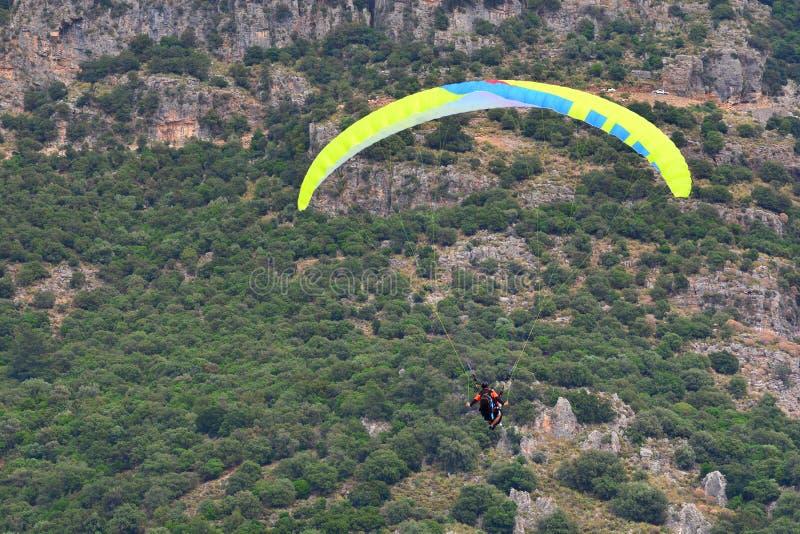 Αθλητισμός ελεύθερων πτώσεων με αλεξίπτωτο Μύγα ανεμόπτερων από τα όμορφα βουνά στοκ εικόνα