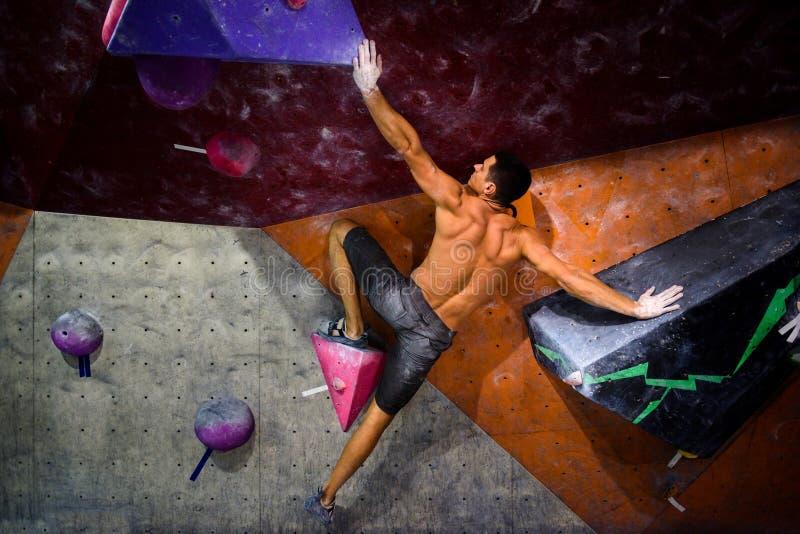 Αθλητισμός και έννοια ικανότητας Ενεργό άτομο με το κατάλληλο μυϊκό σώμα στοκ εικόνες με δικαίωμα ελεύθερης χρήσης
