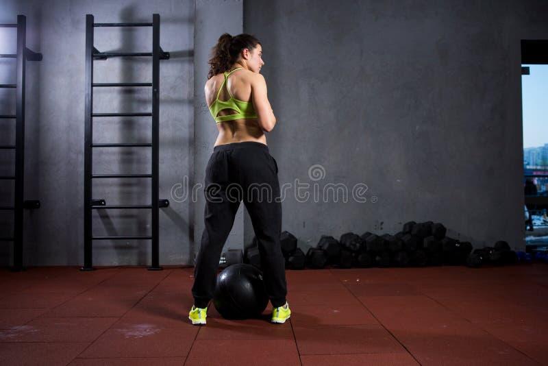Αθλητισμός και υγεία θέματος Μια ισχυρή μυϊκή καυκάσια γυναίκα στη γυμναστική εκπαιδεύει τη δύναμη και την αντοχή Έναν μεγάλο που στοκ φωτογραφίες