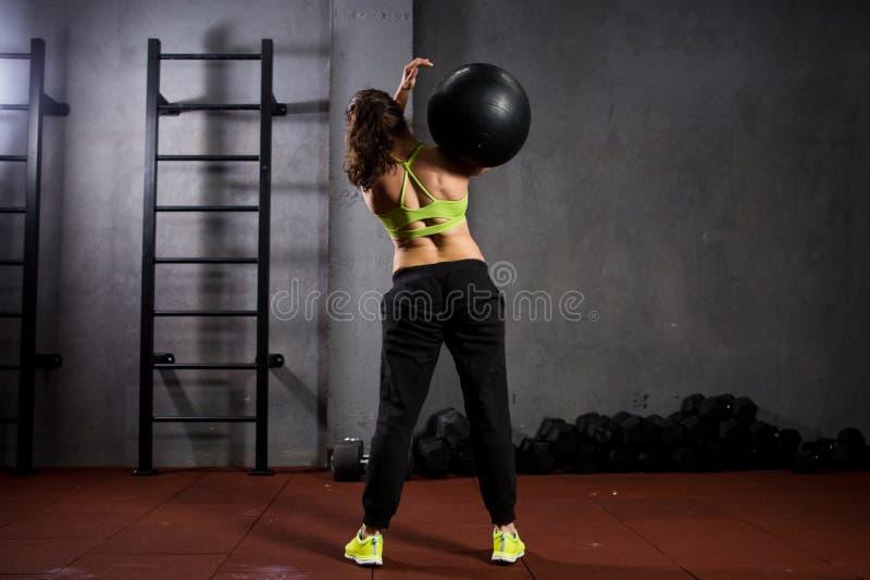 Αθλητισμός και υγεία θέματος Μια ισχυρή μυϊκή καυκάσια γυναίκα στη γυμναστική εκπαιδεύει τη δύναμη και την αντοχή Έναν μεγάλο που στοκ εικόνες με δικαίωμα ελεύθερης χρήσης
