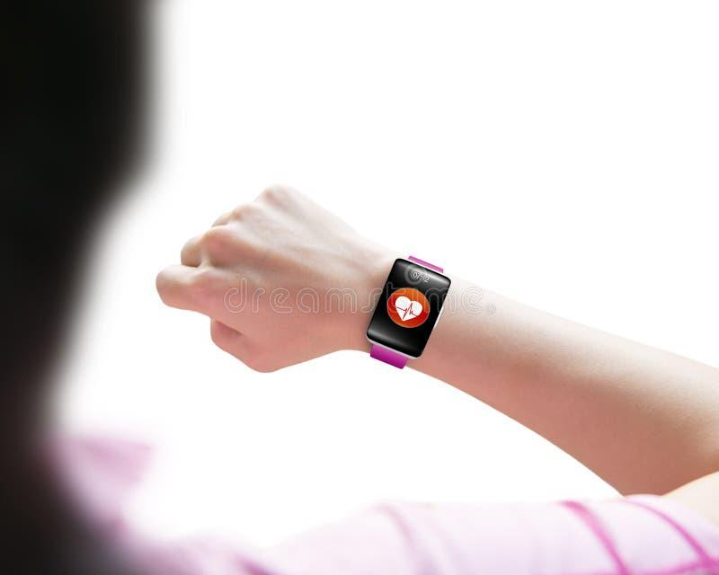 Αθλήτρια που εξετάζει την έξυπνη φθορά χεριών ρολογιών αισθητήρων υγείας στοκ φωτογραφίες με δικαίωμα ελεύθερης χρήσης
