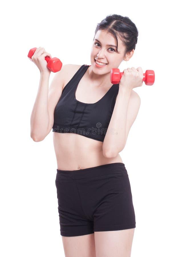 Αθλήτρια που κάνει την άσκηση με την ανύψωση των βαρών στοκ εικόνα