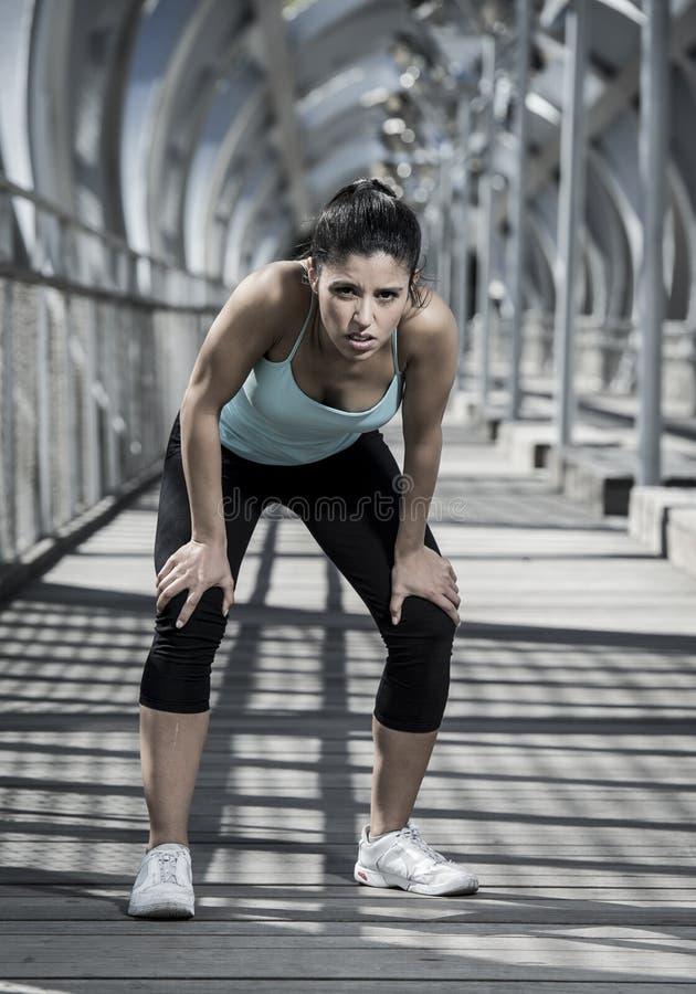 Αθλήτρια που κουράζεται και που εξαντλείται αναπνοή και ψύξη κάτω μετά από να τρέξει στοκ φωτογραφία με δικαίωμα ελεύθερης χρήσης