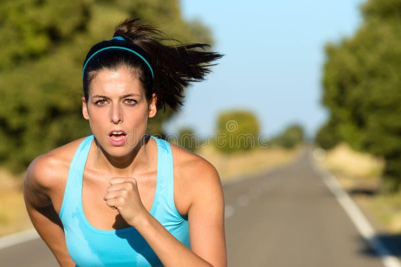 Αθλήτρια που τρέχει στο δρόμο στοκ φωτογραφία