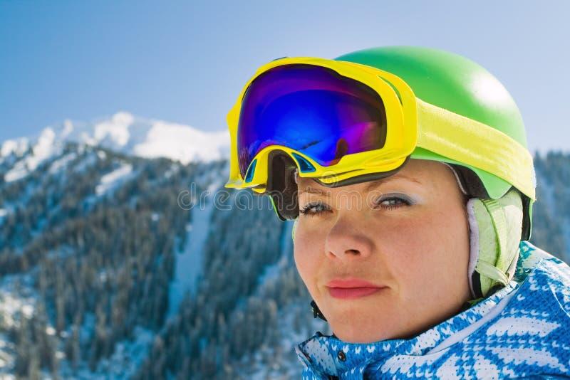 Αθλήτρια στα χιονώδη βουνά στοκ εικόνα