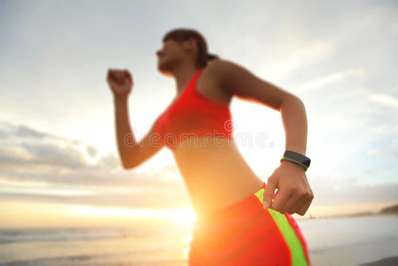 Αθλήτρια υγείας με το έξυπνο ρολόι στοκ εικόνα