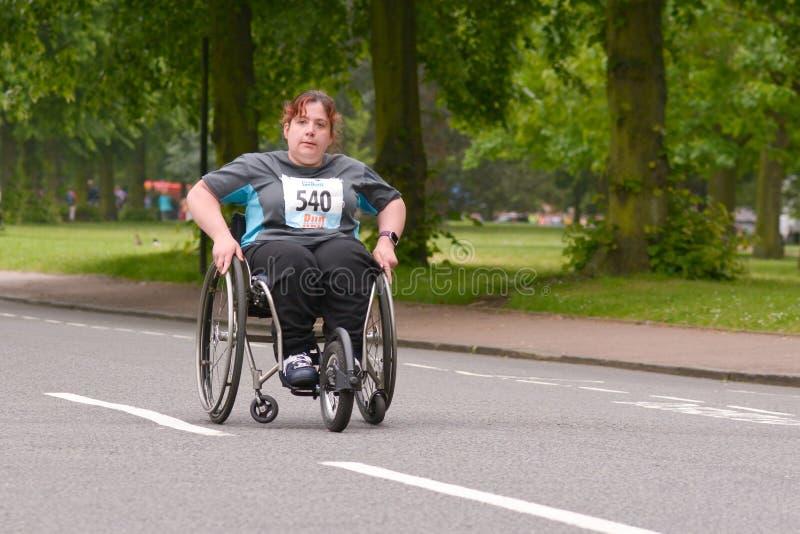 Αθλητής αναπηρικών καρεκλών που ανταγωνίζεται σε έναν αγώνα 10km στοκ φωτογραφίες