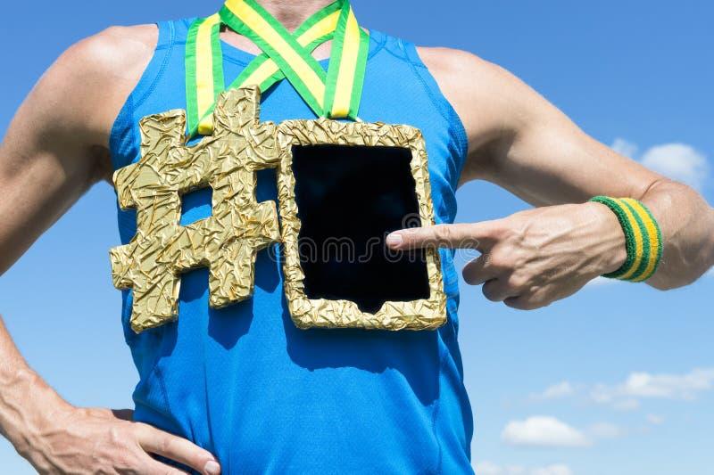 Αθλητής που χρησιμοποιεί τον υπολογιστή ταμπλετών χρυσών μεταλλίων στοκ εικόνα