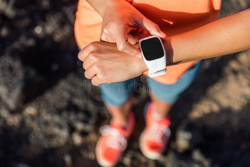 Αθλητής δρομέων ιχνών που χρησιμοποιεί το έξυπνο ρολόι καρδιο app στοκ εικόνα