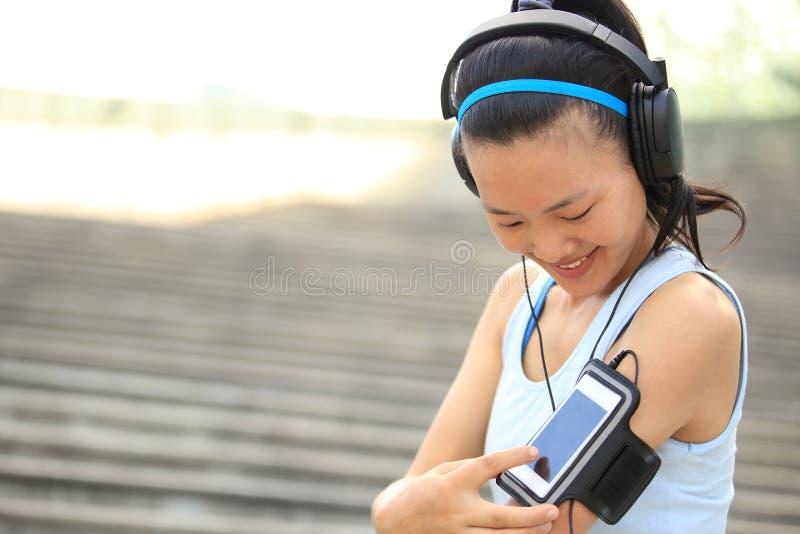Αθλητής δρομέων που ακούει τη μουσική στα ακουστικά FR στοκ εικόνες με δικαίωμα ελεύθερης χρήσης