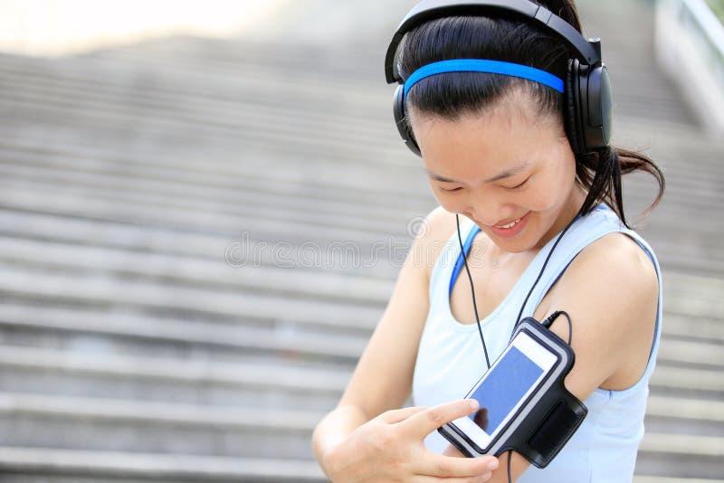 Αθλητής δρομέων που ακούει τη μουσική στα ακουστικά FR στοκ φωτογραφία