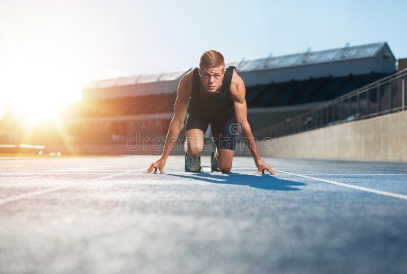 Αθλητής στην αρχική θέση έτοιμη να αρχίσει έναν αγώνα στοκ εικόνες με δικαίωμα ελεύθερης χρήσης