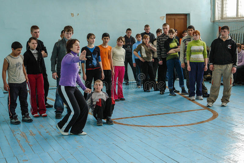 Αθλητικά θεάματα στο σχολείο της περιοχής Kaluga στη Ρωσία στοκ φωτογραφίες με δικαίωμα ελεύθερης χρήσης