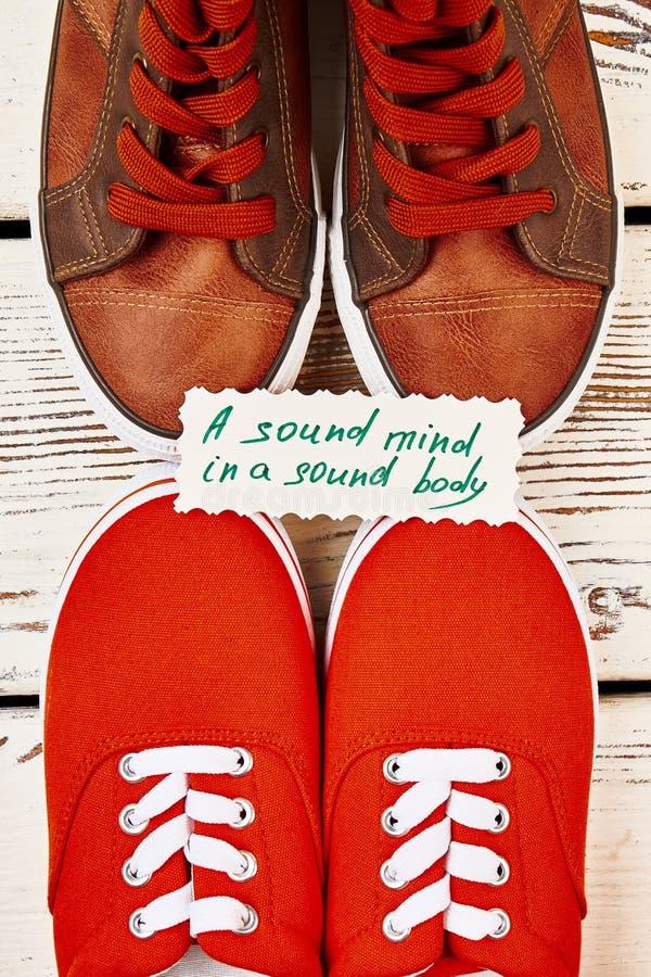 Αθλητικά παπούτσια και παροιμία υγείας στοκ εικόνα με δικαίωμα ελεύθερης χρήσης