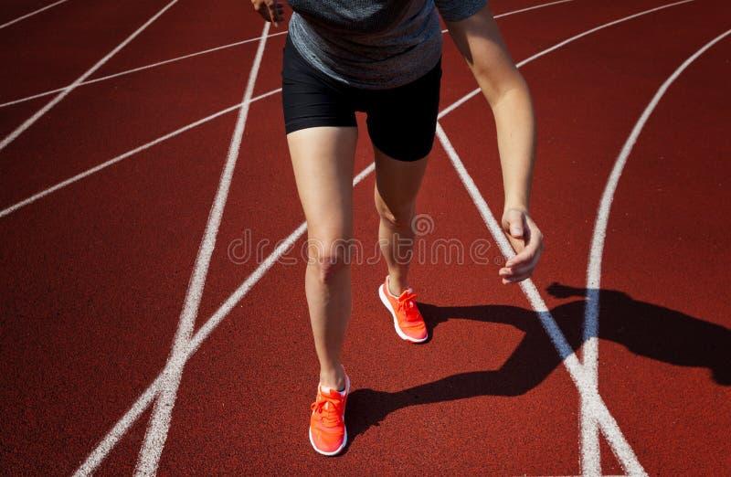 Αθλητικά υπόβαθρα Sprinter που αρχίζει στην τρέχοντας διαδρομή Δραματική εικόνα στοκ εικόνες με δικαίωμα ελεύθερης χρήσης