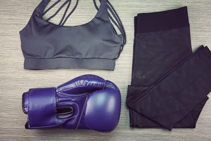 Αθλητική ένδυση γυναικών ` s, εγκιβωτίζοντας εξοπλισμός άσκησης, μόδα γυμναστικής και εξαρτήματα στοκ φωτογραφία