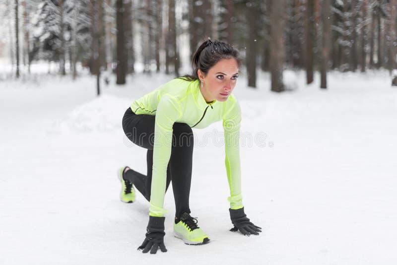 Αθλητική γυναίκα αθλητών sprinter έτοιμη να τρέξει την αναμονή την τρέχοντας ικανότητα θέσης έναρξης, αθλητισμός, κατάρτιση στοκ φωτογραφία με δικαίωμα ελεύθερης χρήσης