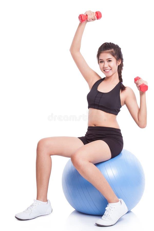 Αθλητική κατάρτιση γυναικών ικανότητας με τη σφαίρα άσκησης στοκ φωτογραφία με δικαίωμα ελεύθερης χρήσης