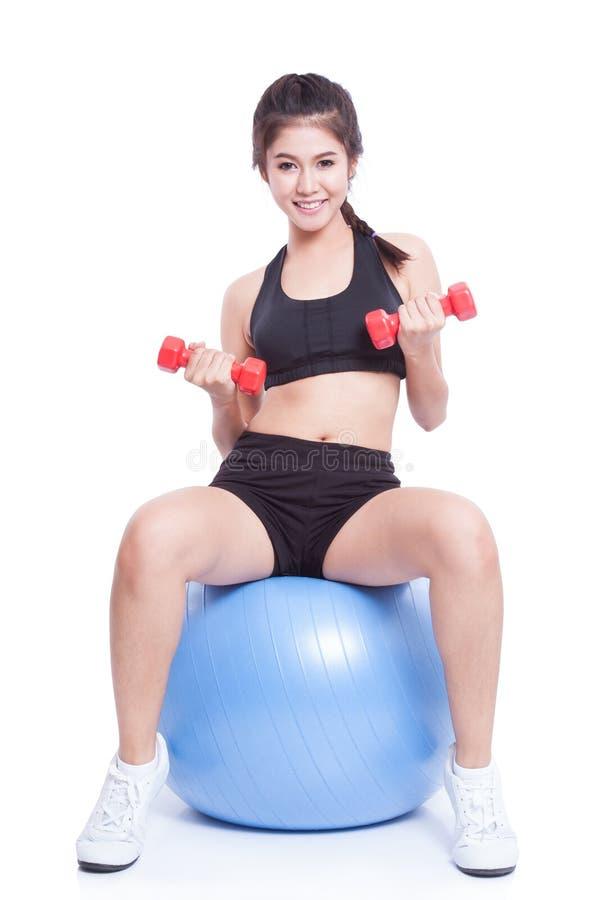 Αθλητική κατάρτιση γυναικών ικανότητας με τη σφαίρα άσκησης στοκ εικόνα με δικαίωμα ελεύθερης χρήσης