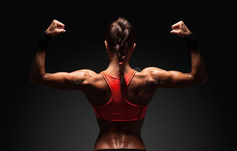 Αθλητική νέα γυναίκα που παρουσιάζει μυς της πλάτης στοκ φωτογραφία με δικαίωμα ελεύθερης χρήσης