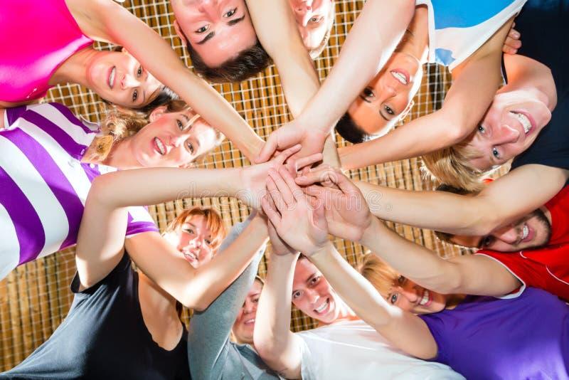Αθλητική ομάδα με το καλό πνεύμα που κερδίζει το παιχνίδι στοκ φωτογραφία με δικαίωμα ελεύθερης χρήσης