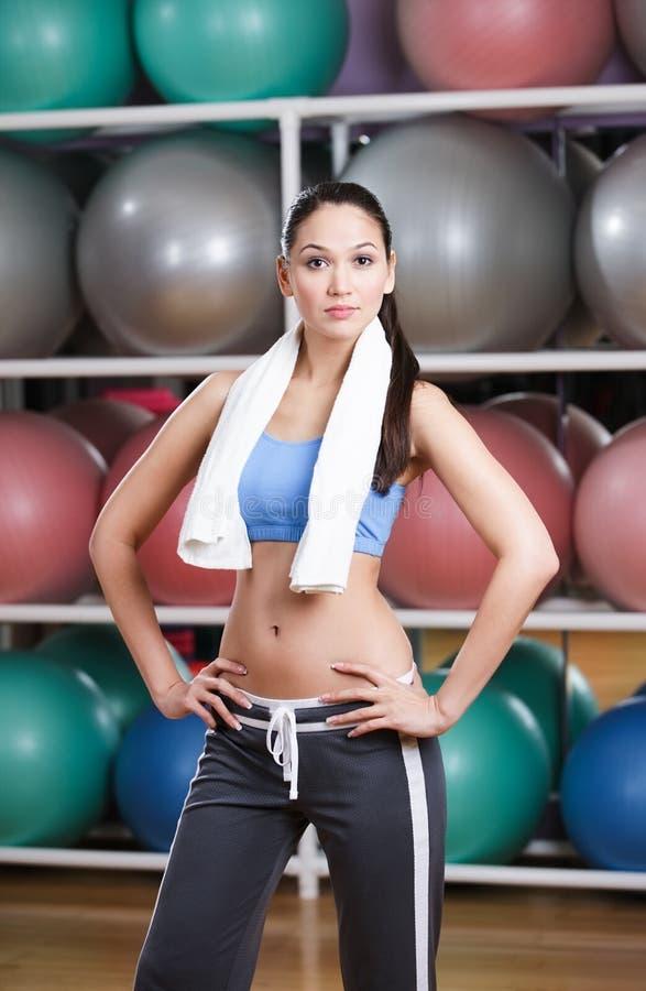 Αθλητική προκλητική γυναίκα στη γυμναστική ικανότητας στοκ εικόνα με δικαίωμα ελεύθερης χρήσης