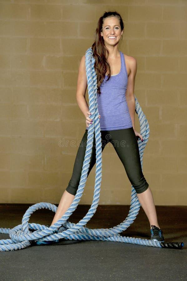 Αθλητική τοποθέτηση κοριτσιών με τα σχοινιά κατάρτισης στοκ φωτογραφία