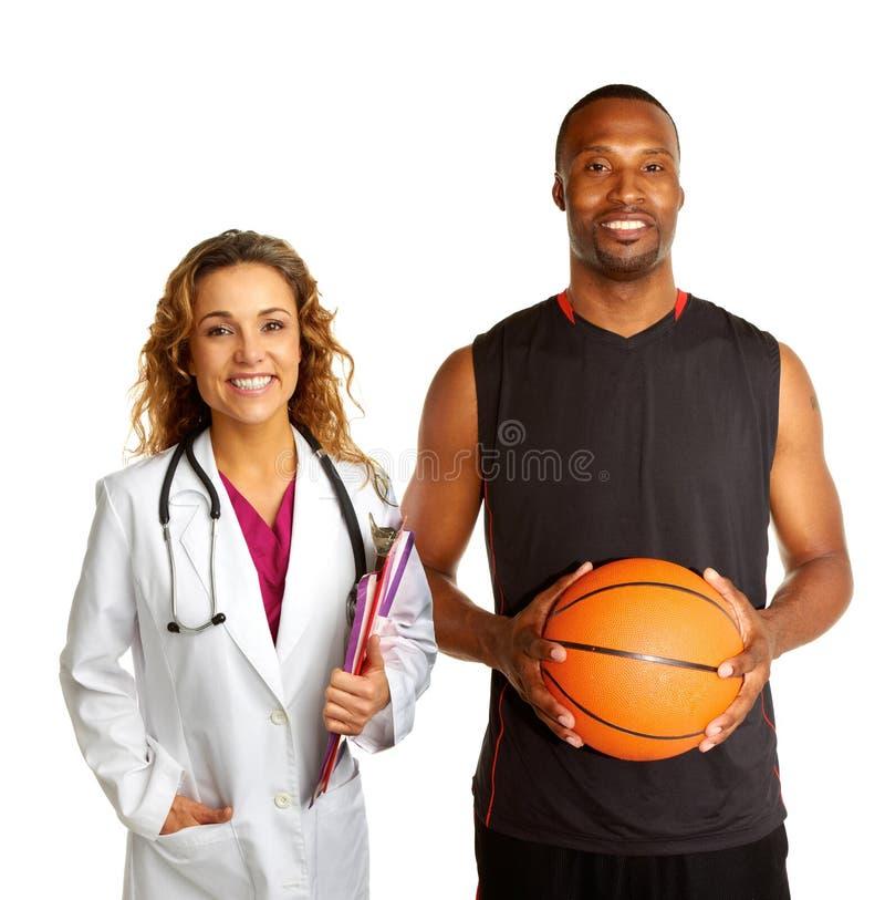 Αθλητικός γιατρός με το παίχτης μπάσκετ στοκ φωτογραφία με δικαίωμα ελεύθερης χρήσης