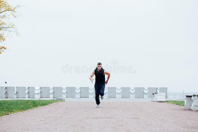 Αθλητικός νεαρός άνδρας που τρέχει στη φύση Υγιής τρόπος ζωής στοκ φωτογραφία με δικαίωμα ελεύθερης χρήσης