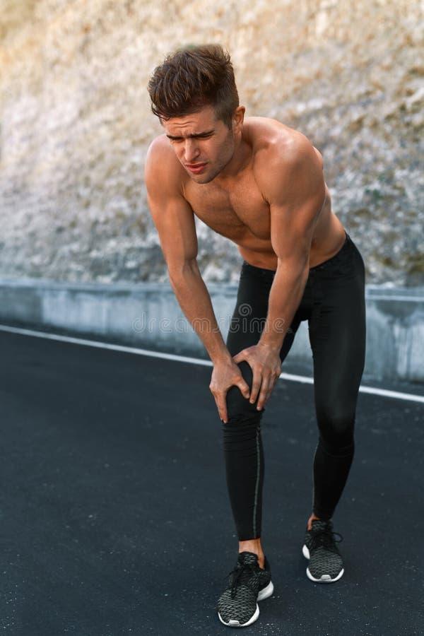 Αθλητικός τραυματισμός Τραυματισμένο άτομο πόδι κατά τη διάρκεια να τρέξει υπαίθρια τραυματισμών τρέχοντας αθλητισμός δρομέων πόν στοκ εικόνες