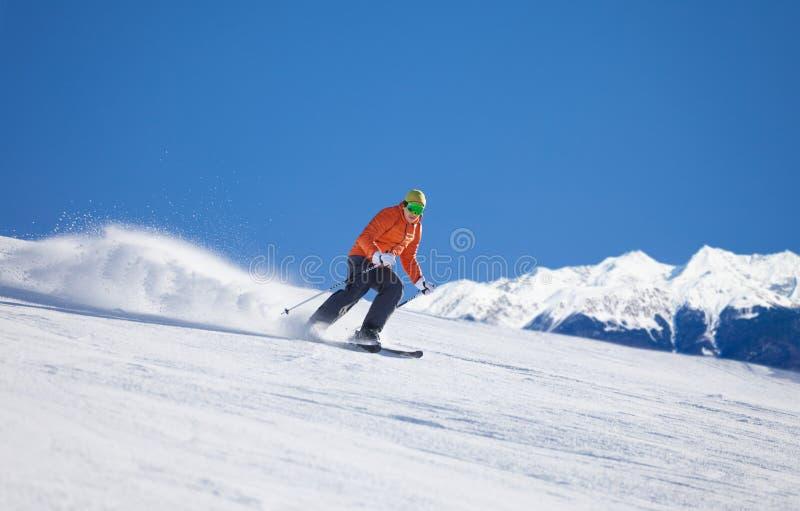 Αθλητικός τύπος στη μάσκα σκι που γλιστρά γρήγορα κάνοντας σκι στοκ φωτογραφία με δικαίωμα ελεύθερης χρήσης
