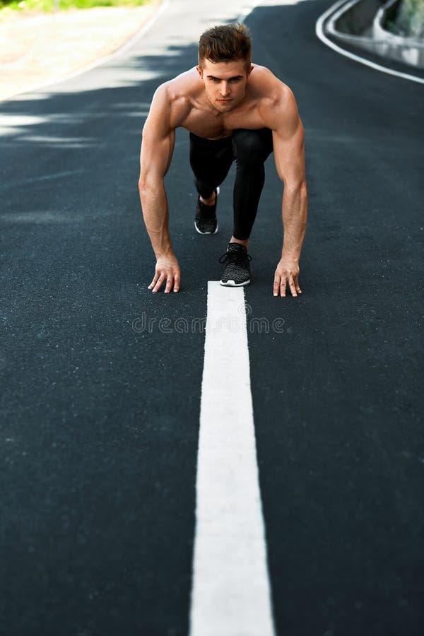 Αθλητικό άτομο έτοιμο να αρχίσει υπαίθρια Έννοια αθλητικού Workout στοκ φωτογραφίες