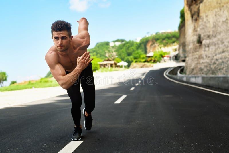 Αθλητικό άτομο έτοιμο να αρχίσει υπαίθρια Έννοια αθλητικού Workout στοκ εικόνες